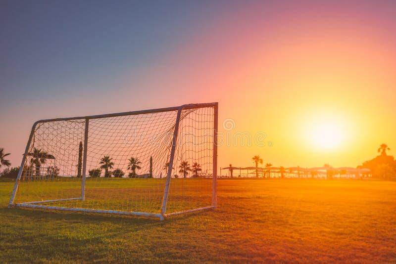 But du football au coucher du soleil dans le climat tropical photographie stock libre de droits