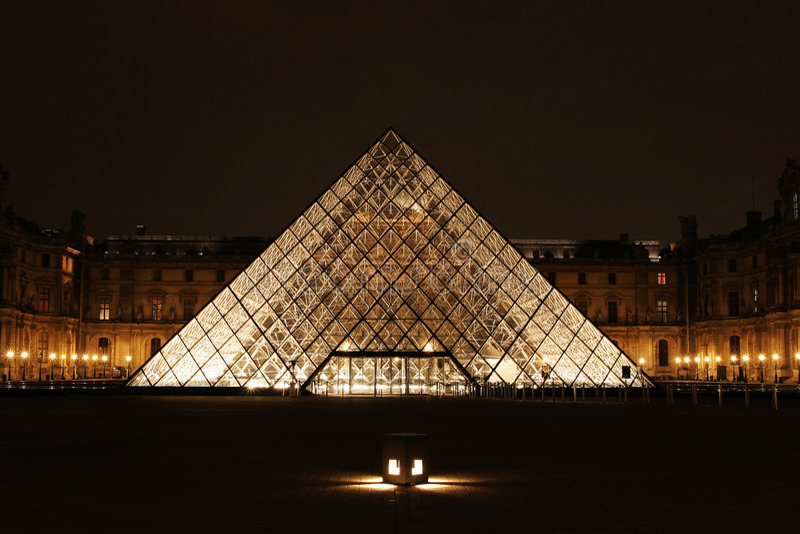 du france louvre museum night paris view στοκ φωτογραφία