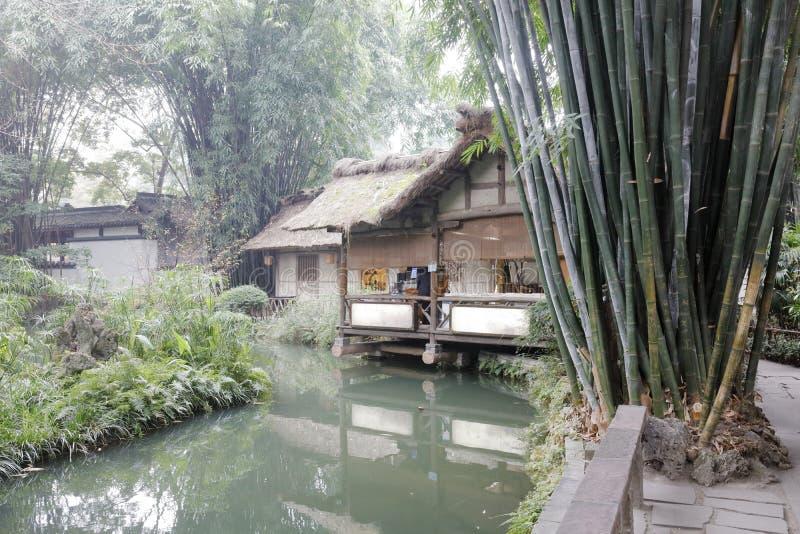 Du Fu famoso cubrió con paja la cabaña por la charca, adobe rgb imagen de archivo