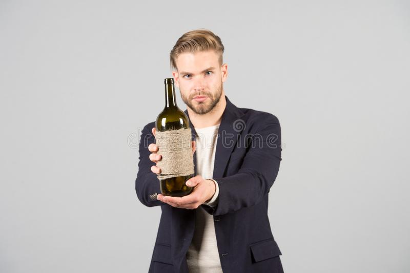 du gillar att försöka detta Sommeliererbjudandeflaska av vin Yrkesmässigt vindegustationbegrepp Formell dräkt för man med arkivfoto