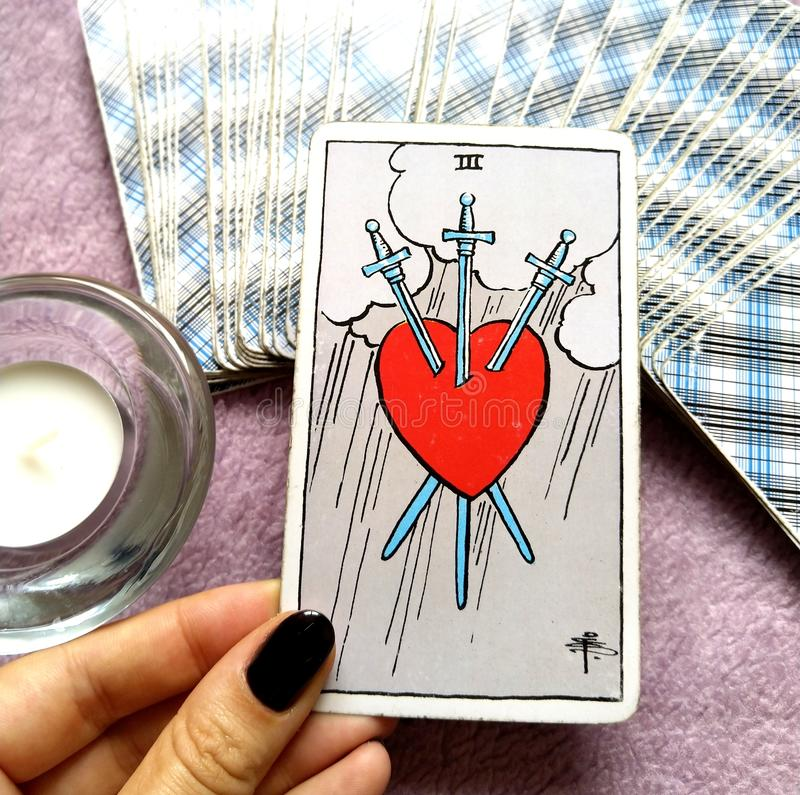3 du immense chagrin de carte de tarot d'épées déchire la tristesse profonde de douleur illustration de vecteur