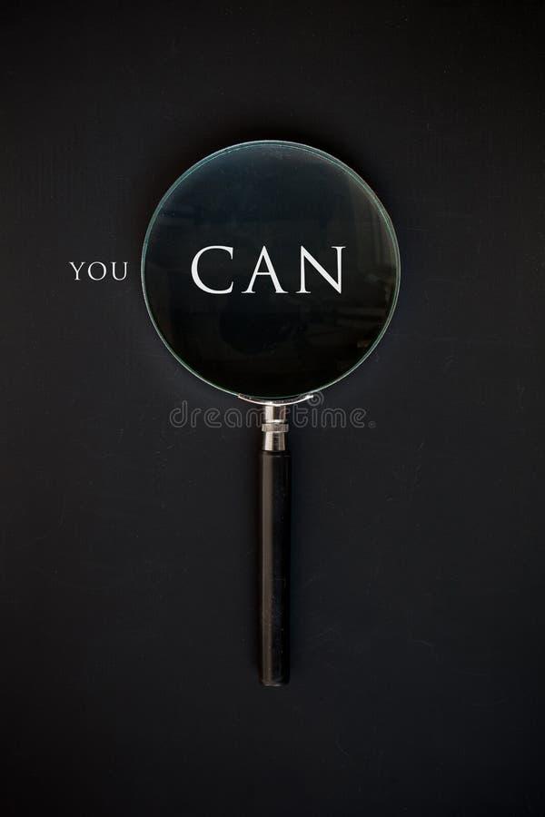 Du 'kan' med förstoringsglaset fotografering för bildbyråer