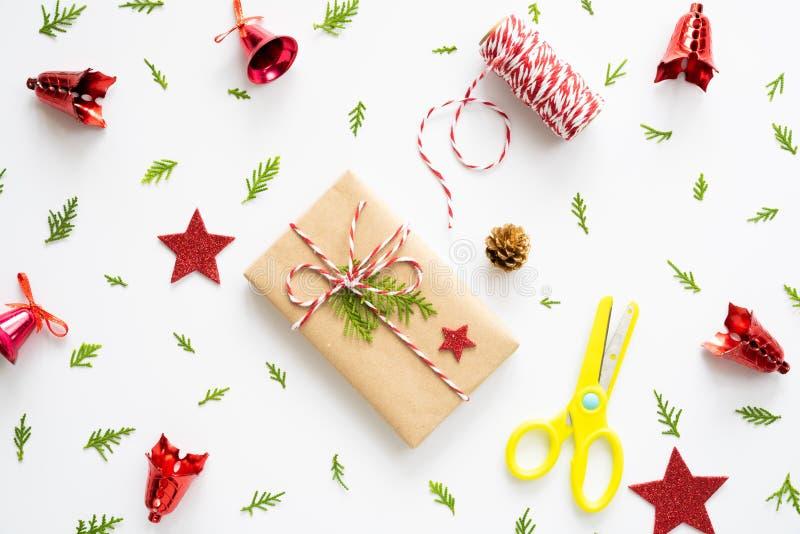 Du kan sätta ditt meddelande på papperet Den bästa sikten av julgåvaasken med prydliga filialer, sörjer kottar, röda bär och kloc royaltyfria foton