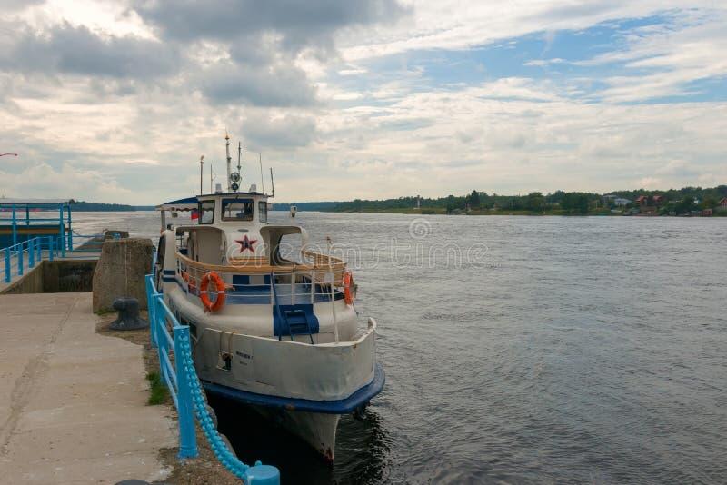 ` du ` Millennium-1 de bateau de leasure au pilier de la forteresse d'Oreshek images libres de droits