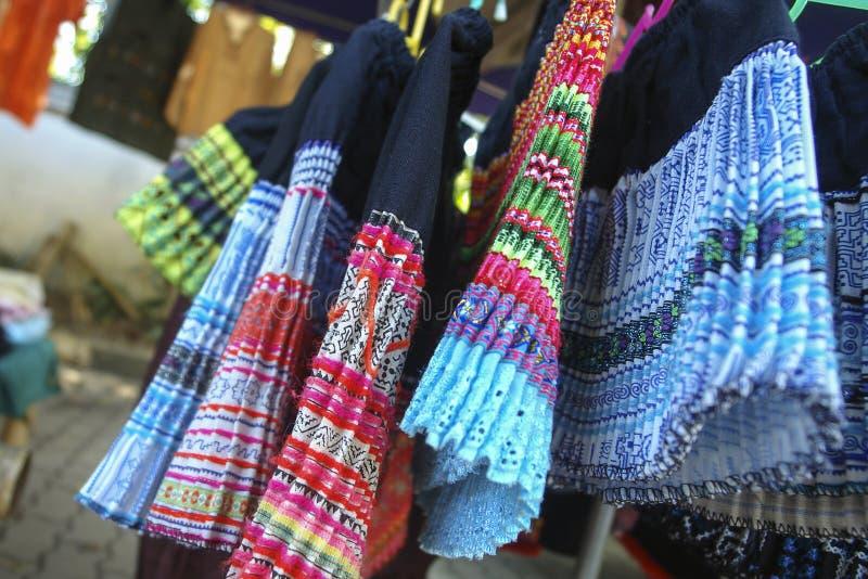 Du nord tribal de vêtement de jupes en Thaïlande images stock