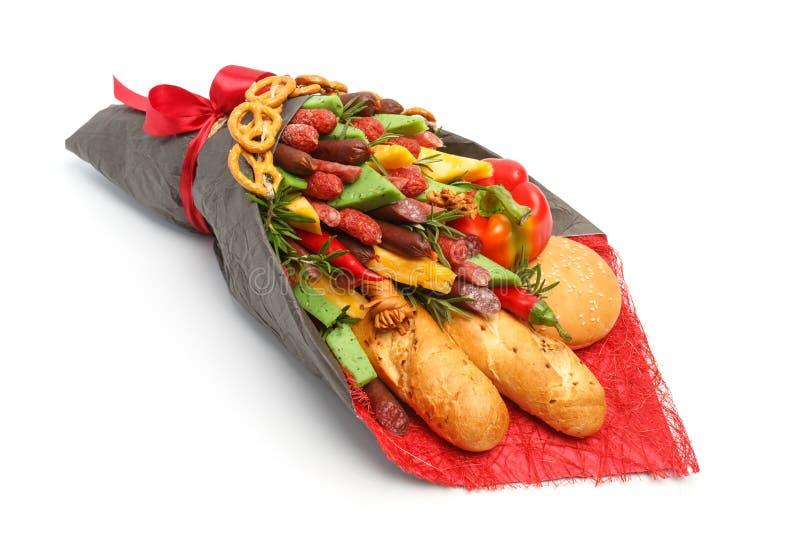 Du pain de blé, le petit pain de sésame, le fromage de différentes variétés, les saucisses et le paprika sont enveloppés en papie photographie stock