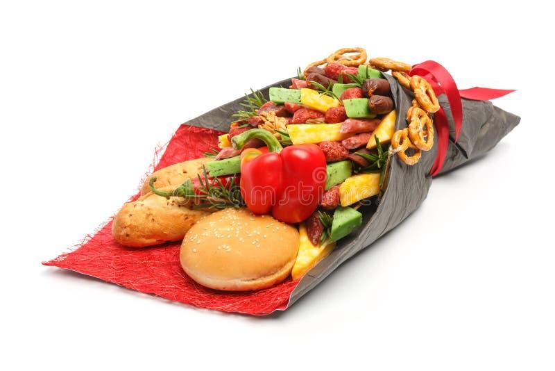 Du pain de blé, le petit pain de sésame, le fromage de différentes variétés, les saucisses et le paprika sont enveloppés en papie photo stock