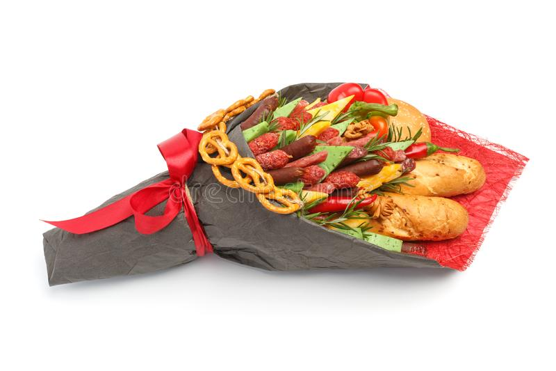 Du pain de blé, le petit pain de sésame, le fromage de différentes variétés, les saucisses et le paprika sont enveloppés en papie images stock