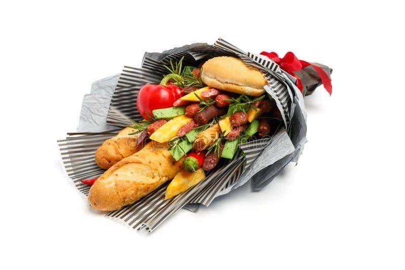 Du pain de blé, le petit pain de sésame, le fromage de différentes variétés, les saucisses et le poivre sont enveloppés en papier photo libre de droits