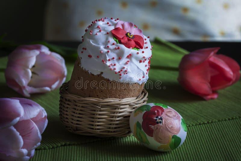Du pain et des oeufs de Pâques sont admirablement décorés des fleurs photographie stock