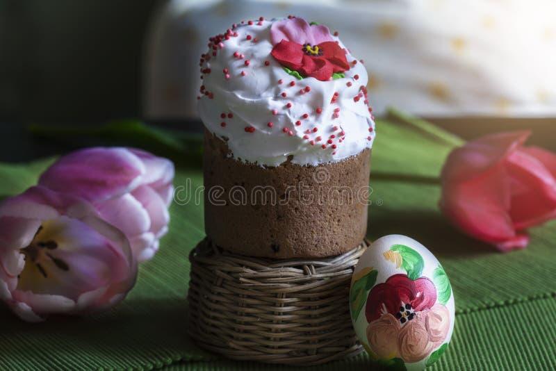 Du pain et des oeufs de P?ques sont admirablement d?cor?s des fleurs image stock