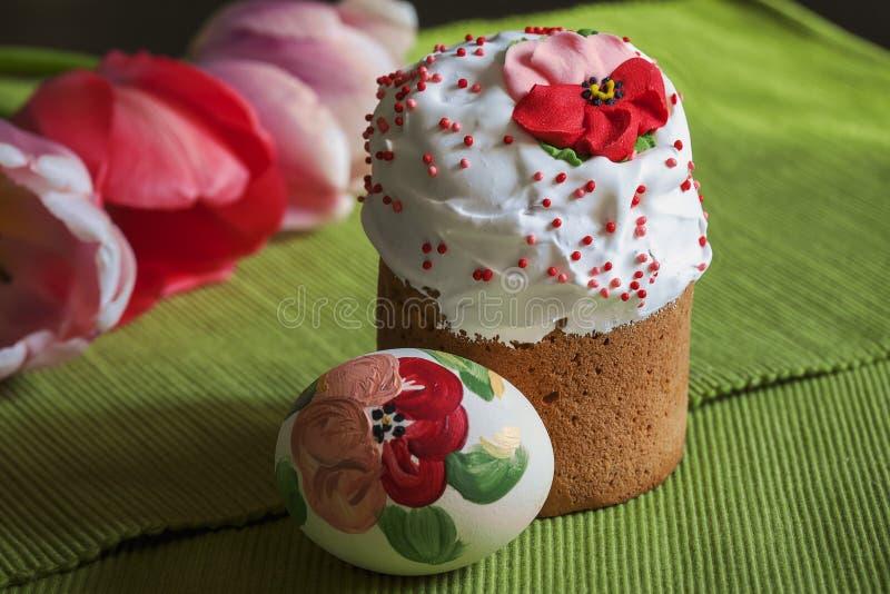 Du pain et des oeufs de P?ques sont admirablement d?cor?s des fleurs images stock