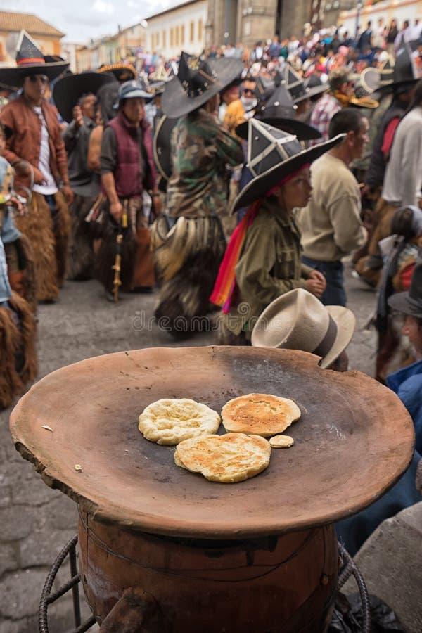 Du pain plat basé par maïs est préparé du côté de la rue image stock
