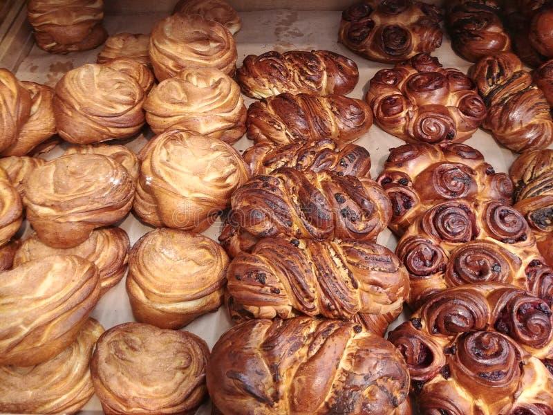 Du pain tressé de fantaisie au magasin de magasin de boulangerie, gâteaux freashly cuits au four photo libre de droits