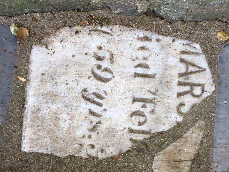 Du pavé topiaire de pierre tombale de cimetière, 3 photos libres de droits