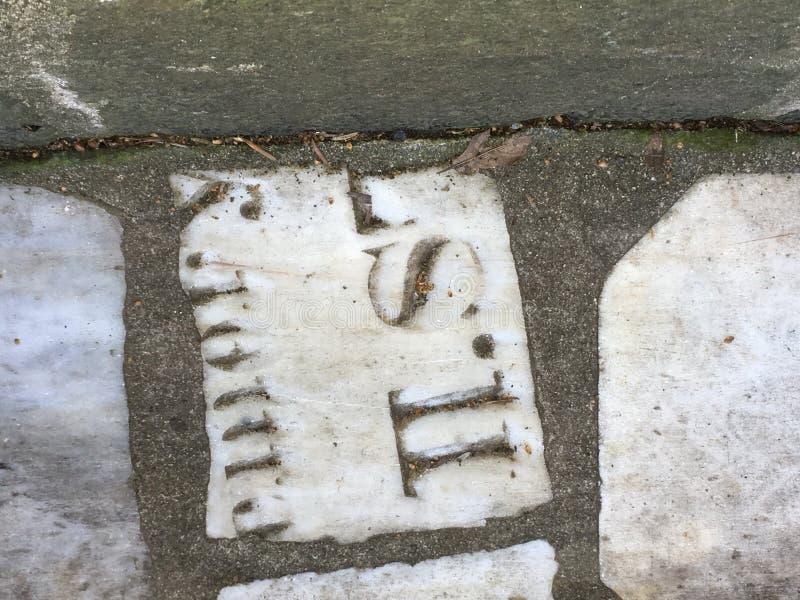 Du pavé topiaire de pierre tombale de cimetière, 5 images libres de droits