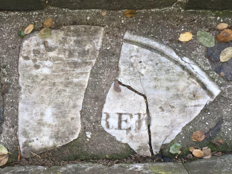 Du pavé topiaire de pierre tombale de cimetière, 9 photos libres de droits