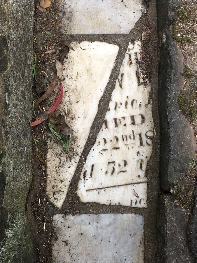 Du pavé topiaire de pierre tombale de cimetière, 13 photographie stock libre de droits