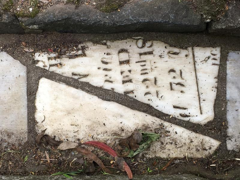 Du pavé topiaire de pierre tombale de cimetière, 14 image libre de droits