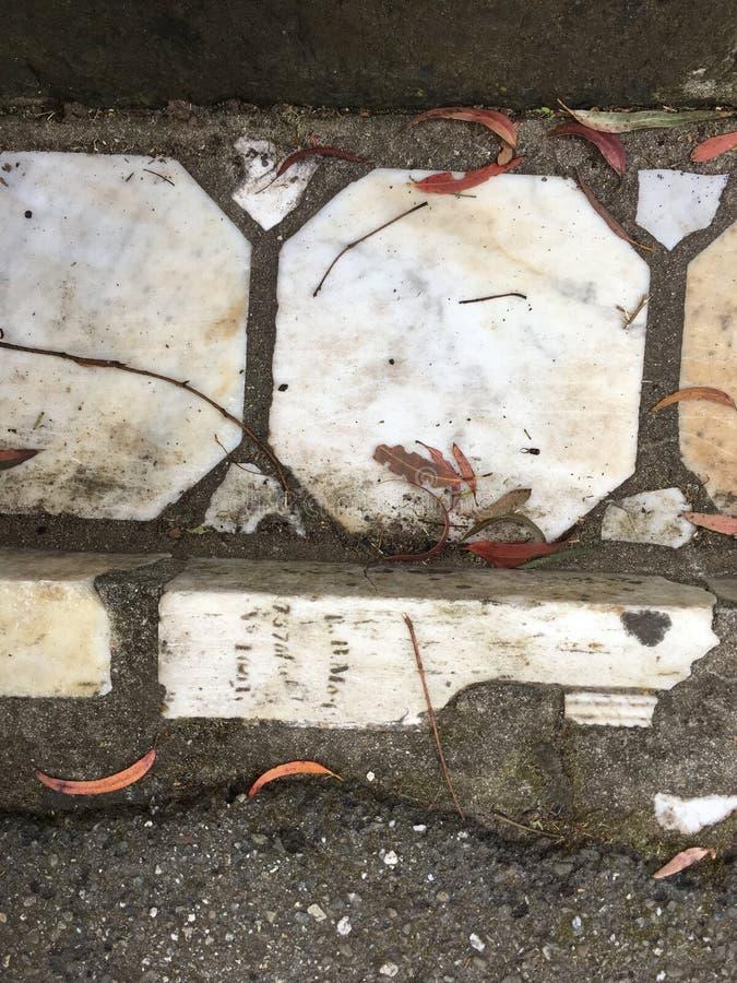 Du pavé topiaire de pierre tombale de cimetière, 18 image libre de droits