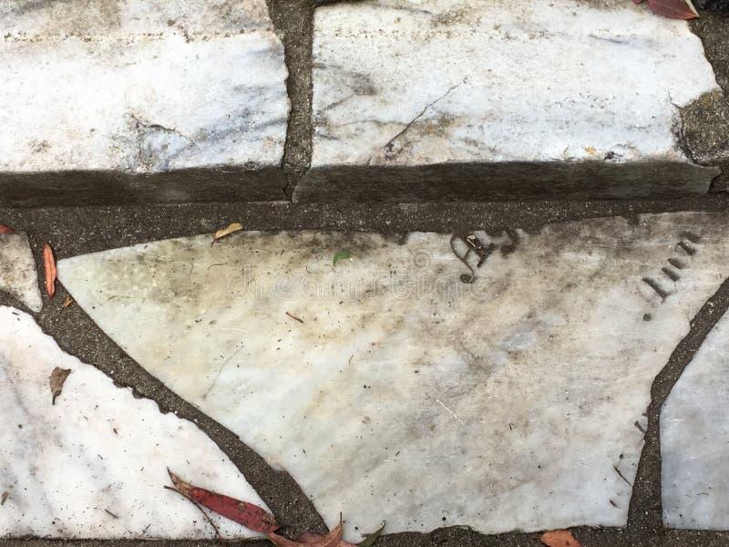 Du pavé topiaire de pierre tombale de cimetière, 19 images stock