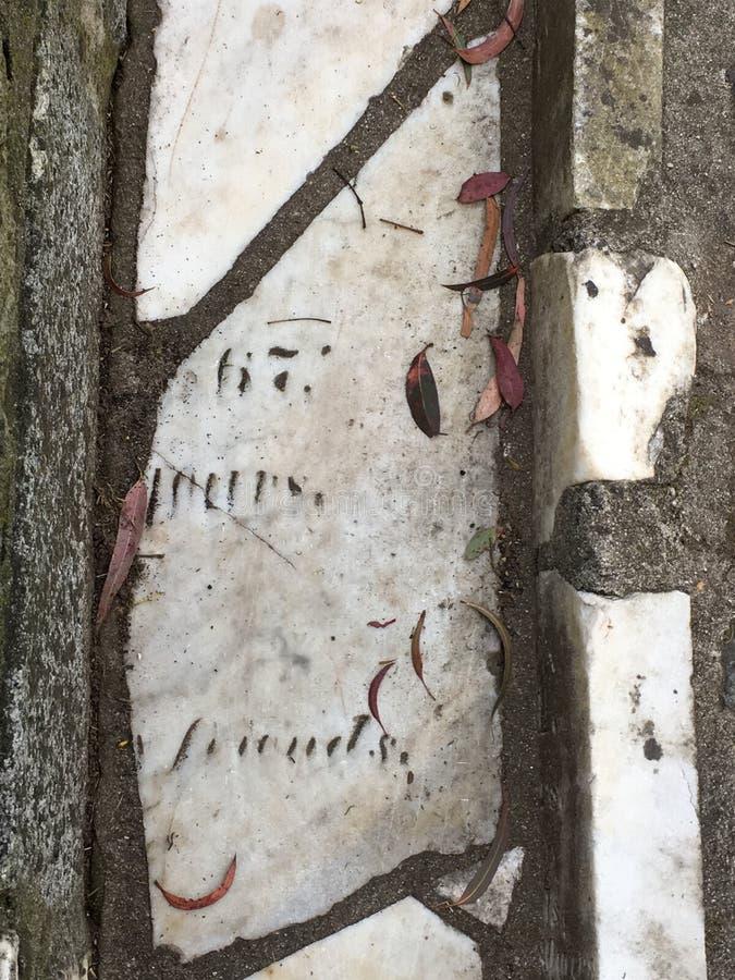 Du pavé topiaire de pierre tombale de cimetière, 35 image libre de droits