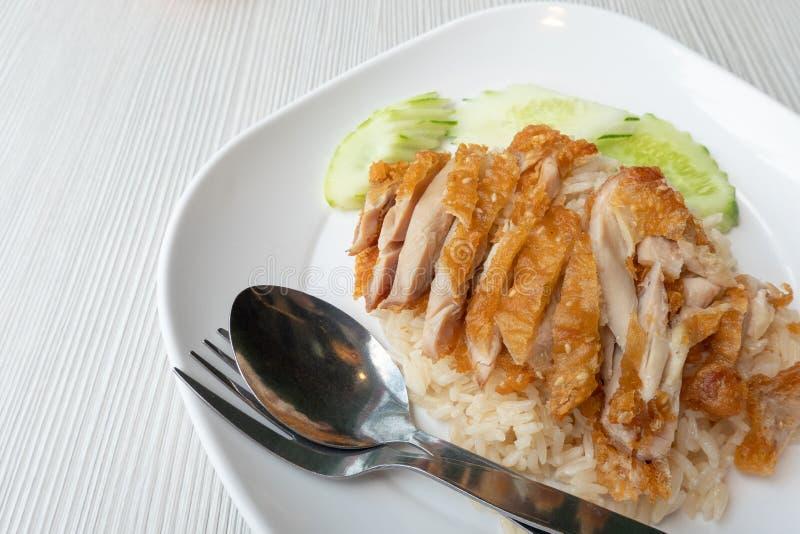 Du riz de poulet frit, placé sur un plat blanc, devrait être considéré un aliment et un concept de santé Avec l'espace de copie photographie stock