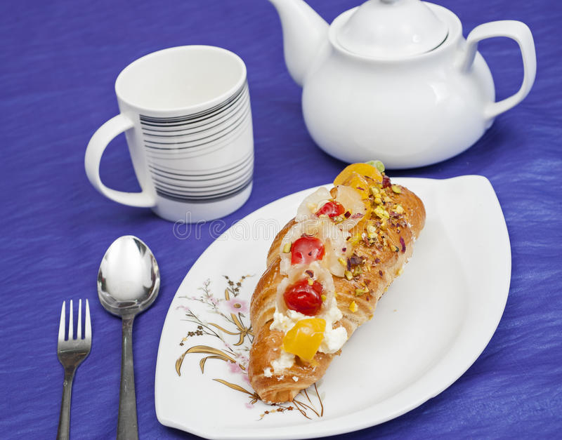 Download Duński ciasto na talerzu zdjęcie stock. Obraz złożonej z ciasteczko - 28970444