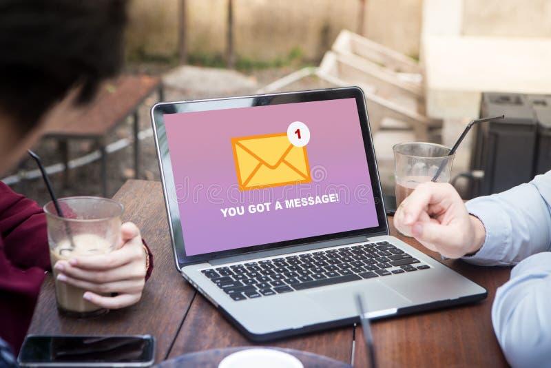 Du ` ve fick ett postmeddelande på bärbar datorskärmbegrepp royaltyfri bild