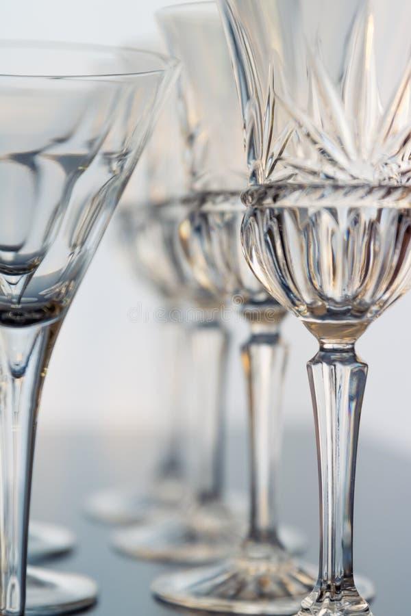 Du vin et des verres décoratifs de martini sont installés dans des rangées de verticle montrant de beaux détails du verre photographie stock