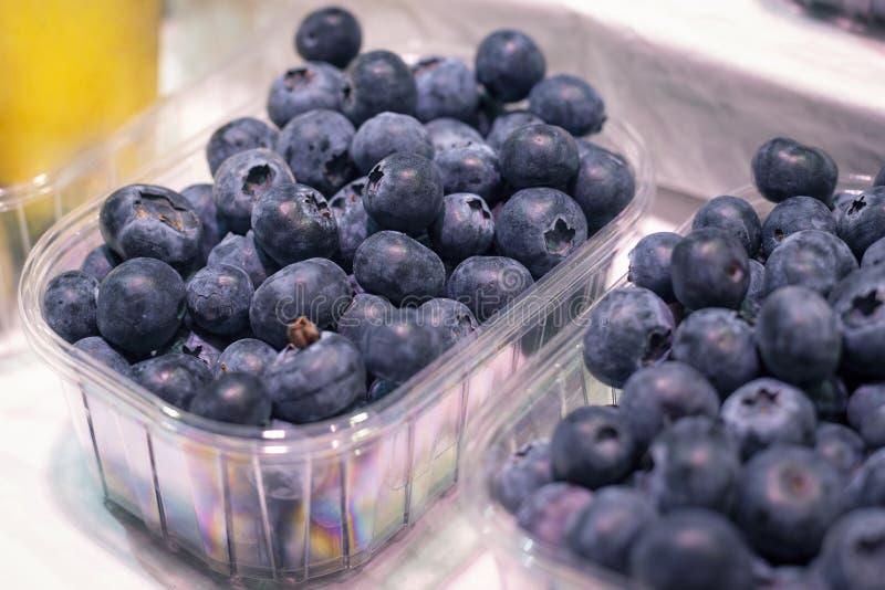 Du?a ?wie?a dojrza?a organicznie naturalna czarna jagoda w pakunku na showplace w rynku zdjęcia royalty free