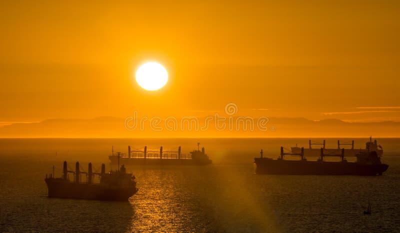 Download Duży Round Zmierzch W Oceanie Zdjęcie Stock - Obraz złożonej z chmura, jaskrawy: 65226406