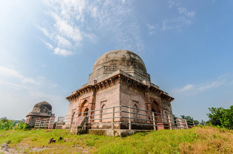 Duas Índias dos túmulos antigos e das nuvens fotos de stock