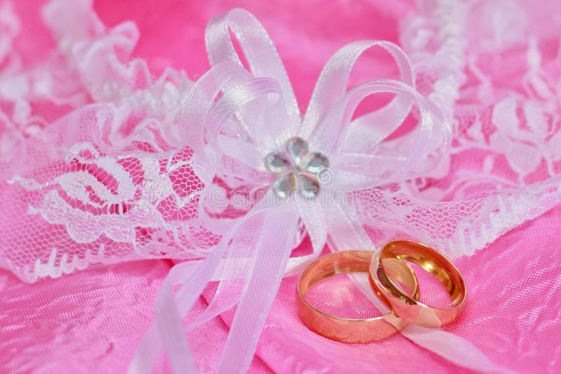 Download Anéis Da Remoção De Ervas Daninhas Foto de Stock - Imagem de dourado, ceremony: 29841356