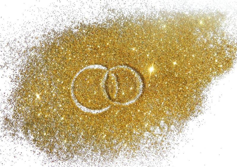 Duas alianças de casamento na faísca do brilho do ouro no fundo branco fotos de stock royalty free