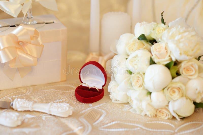 Duas alianças de casamento na tabela fotos de stock royalty free