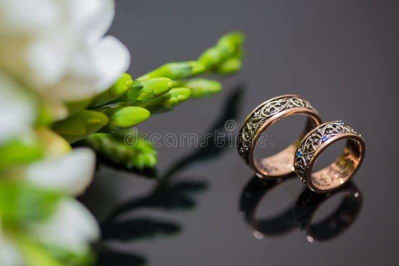 Duas alianças de casamento no sinal da infinidade Conceito do amor imagens de stock royalty free