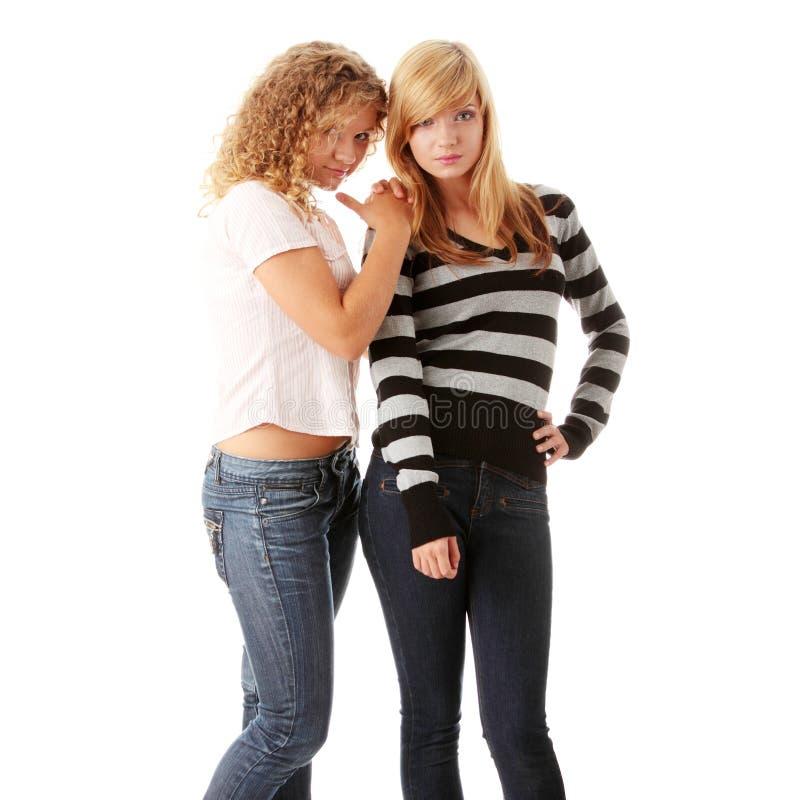 Duas amigas adolescentes louras bonitas fotos de stock