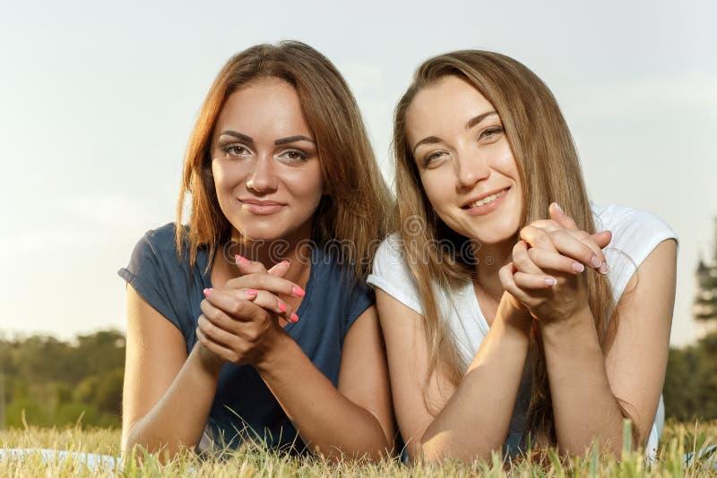 Duas amigas bonitas no parque fotografia de stock