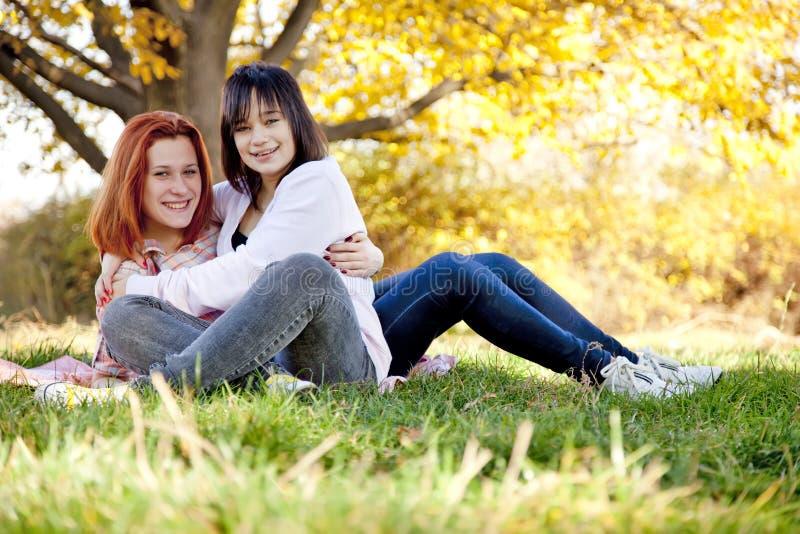 Duas amigas bonitas no parque do outono fotografia de stock royalty free