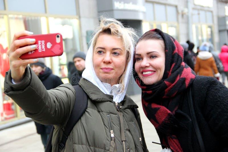 Duas amigas em uma caminhada da mola em Moscou imagens de stock