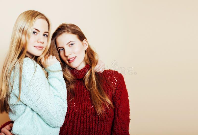 Duas amigas novas nas camisetas do inverno dentro que têm o divertimento Lif imagem de stock royalty free