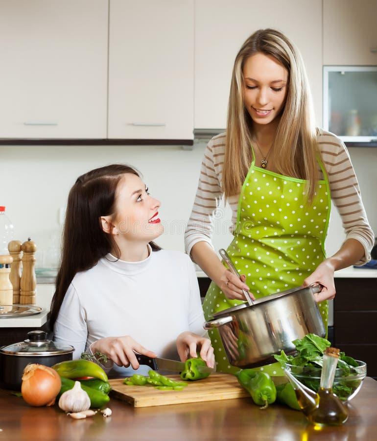 Duas amigas que cozinham algo junto foto de stock