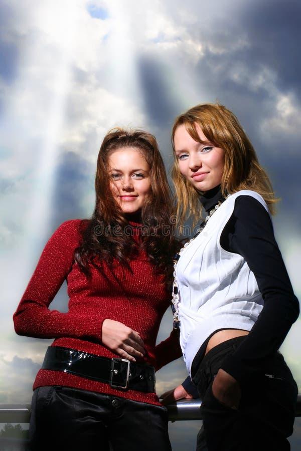 Duas amigas sobre o céu dramático fotos de stock royalty free