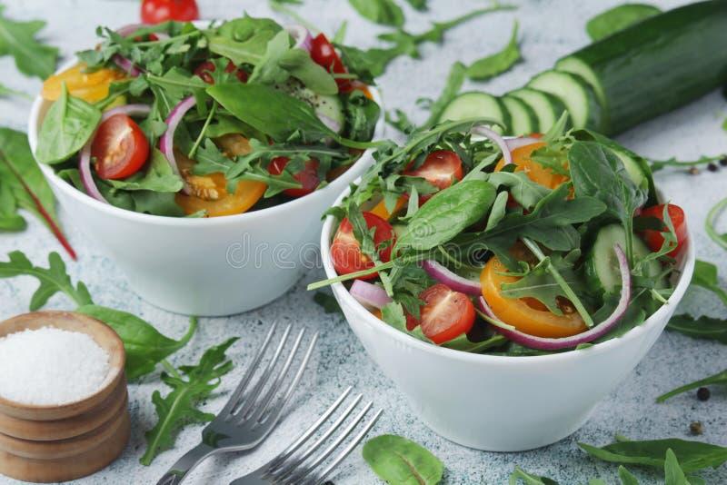 Duas bacias completas da salada vegetal foto de stock
