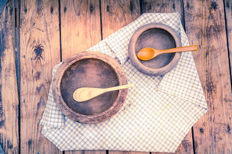 Duas bacias de madeira com colheres de madeira fotografia de stock royalty free