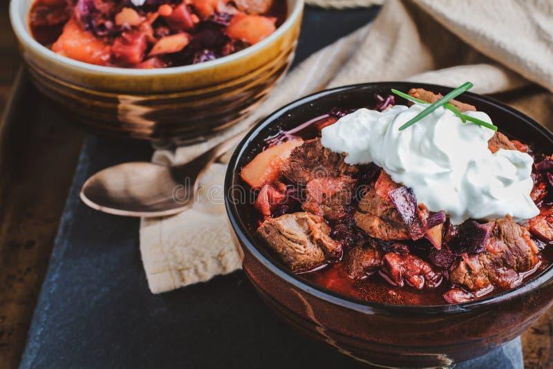Duas bacias de sopa do Borscht com os pedaços Meaty da carne e do creme de leite imagem de stock royalty free