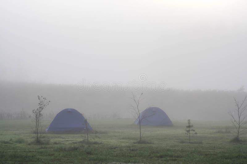 Duas barracas azuis na névoa fotos de stock royalty free