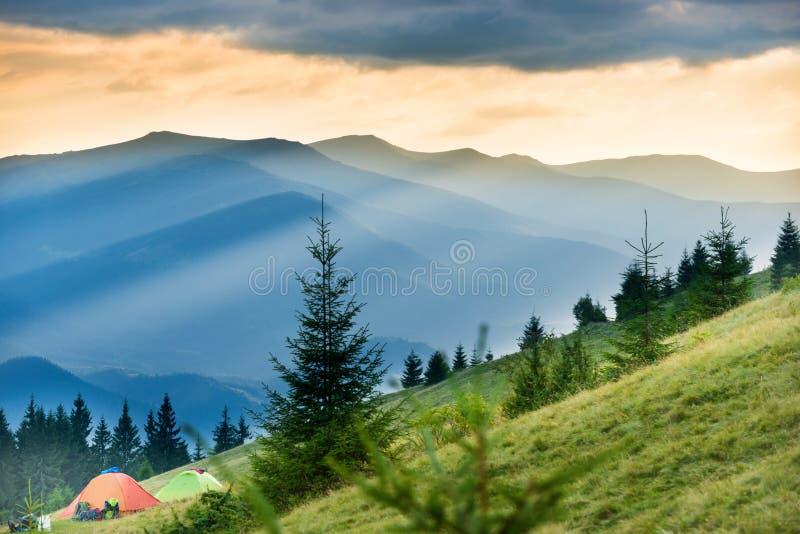 Duas barracas com vista em montanhas imagens de stock royalty free