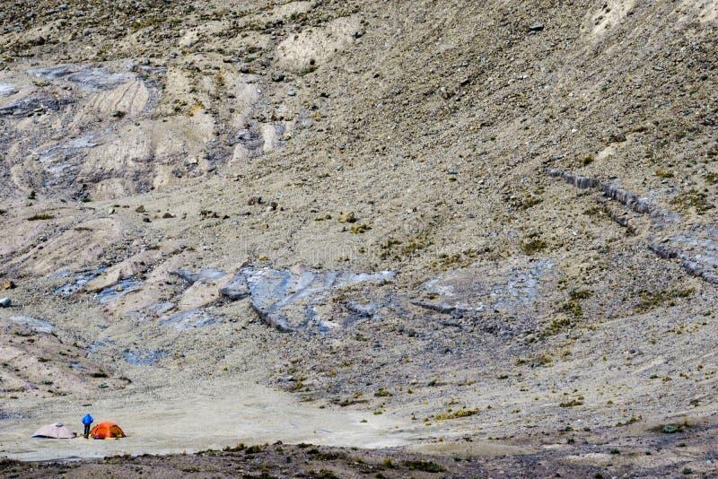 Duas barracas e um montanhista de montanha em um acampamento base remoto e selvagem nos Andes imagens de stock